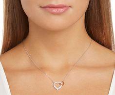 Das geschmeidige, ineinander verwobene Herzdesign ist das perfekte Symbol für ewige Liebe. Die rhodinierte Dear Small Halskette bezaubert mit einem... Jetzt shoppen