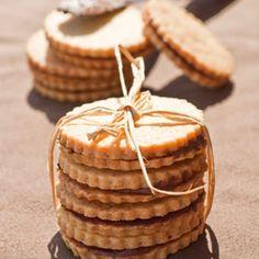 Biscotti  di frolla con panna vegetale (senza uova) ripieni di cioccolato...Semplici e buonissimi