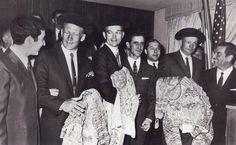 Astronautas que han llegado a la Luna en el Apolo XI reciben el homenaje de una representación de toreros que les regalan un traje de luces.8 octubre 1969.