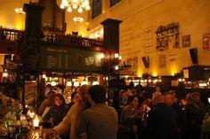 Number 1 Café Top 100, Olivier Utrecht, honoured by the major of Utrecht: Alied Wolfsen.