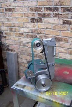 Information and ideas for DIY 2 x 72 belt grinder / sander making for woodworking, metal, and knife making Knife Grinder, Bench Grinder, Cool Tools, Diy Tools, Diy Belt Sander, Belt Grinder Plans, Garage Atelier, Knife Making Tools, Diy Belts