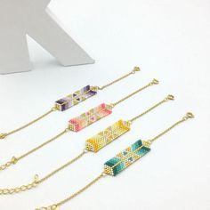 Ce bracelet est un tissage de perles composé de trois tons de perles : Trois tons de violet, blanc et perles dorées plaquées or 24k. Les parties métalliques sont toutes en métal doré haute qualité, dorigine européenne.  Modèle exclusif tissé à la main perle à perle au point Peyote.