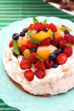 Pavlova with Fresh Berries for July Baked Meringue, Meringue Food, Impressive Desserts, Anna Pavlova, What To Cook, Food Gifts, Dessert Recipes, Mexican Desserts, Fruit Recipes