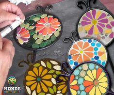 Tutores en mosaico de alumnas Mosaic Flower Pots, Mosaic Pots, Mosaic Glass, Mosaic Tiles, Mosaic Artwork, Mosaic Wall Art, Tile Art, Mosaic Crafts, Mosaic Projects