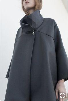Contemporary Fashion - oversized coat with geometric collar detail Fashion 2017, Runway Fashion, Fashion Outfits, Womens Fashion, Fashion Trends, Fashion Silhouette, Moda Chic, Fashion Details, Fashion Design