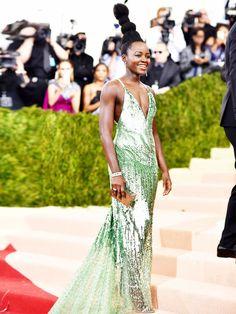 Sieht oben aus wie ein Troll, unten wie eine echte Glamour-Queen: Lupita Nyong'o in Calvin Klein.