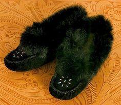 Mocassins pour dames de couleur d'ébène - façonnés à la main par les Hurons du Québec, ces mocassins en cuir perlés à la main sont joliment garni de véritable fourrure de lapin noir. finement ouvragé qualité.