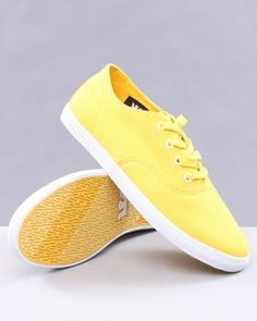 The best in fashion news Shoes Too Big, Shoe Collection, Fashion News, Vans, Slip On, Men's Footwear, Classic, Sneakers, Cravings
