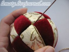 How to make kimekomi ornaments. Needs translation, but great pics. Quilted Christmas Ornaments, Felt Christmas Decorations, Christmas Baubles, Handmade Christmas, Diy Christmas, Folded Fabric Ornaments, Beaded Ornaments, Christmas Sewing Projects, Holiday Crafts