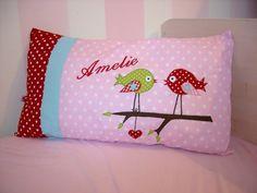 Hier könnt Ihr ein liebevoll gestaltetes Kinderkissen kaufen. Auf dem Kissen sind zwei Vögel appliziert und es ist mit wunderschönen verschiedenen Stoffen kombiniert. Auf Wunsch ist der Name des...