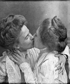 Too precious. The 50 Most Romantic Things That Ever Happened Couples Vintage, Vintage Lesbian, Weird Vintage, Vintage Love, Vintage Kiss, Vintage Beauty, Lesbian Love, Lesbian Couples, Gay Couple
