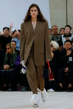 Celine Women Fashion Show Ready to Wear Collection Spring Summer 2017 in Paris Fashion Tips For Women, Fashion Brands, Womens Fashion, Live Fashion, Fashion Show, Fashion Design, Celine, Suits For Women, Women Wear