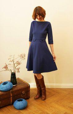 Schlichte Eleganz!    Kobaltblaues Kleid aus dickerem, wärmenden Jerseystoff mit weitem Tellerrock und 7/8 Ärmeln. Besonders elegant ist der schlichte
