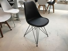 Moderner Stuhl Schwarz.