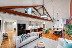 Este lindo sobrado é um projeto dos arquitetos Ben e Nicole Roe. A residência explora muito bem o conceito de planta livre, que dá muito mais espaço e flui