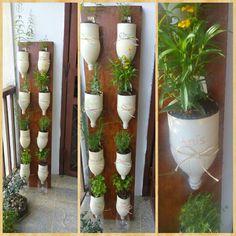Jardinera de hierbas aromáticas con botellas recicladas