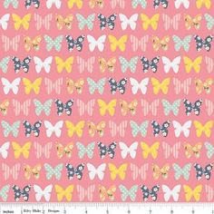 Un millésime de belle chose amusant couette fille ou artisanales de tissu par Zoe Pearn pour tissus de Blake Riley. 1 yard de beau papillon rose.
