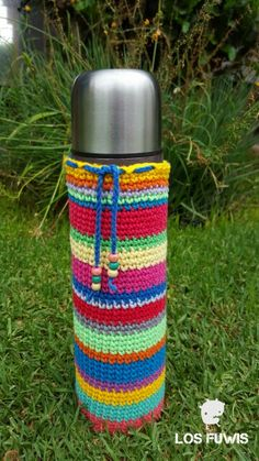 Funda crochet para termo Bottle Bag, Bottle Holders, Crochet Home, Handmade Home, Fabric Crafts, Crochet Projects, Diy And Crafts, Table Decorations, Cool Stuff