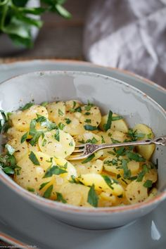 Potato salad, the classic in our German cuisine. Since I& a huge potato fan, of course I love him too. Not in vain does he, in my view, achieve g. Potato Sides, Potato Side Dishes, Classic Potato Salad, Homemade Mashed Potatoes, How To Make Salad, Popular Recipes, Family Meals, Food Print, Salad Recipes