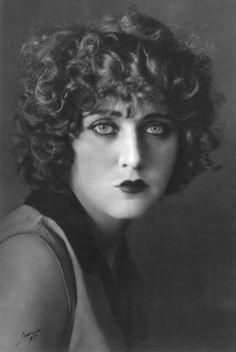 "María del Carmen Mondragón Valseca, also known as ""Nahui Olin"" Cindy Sherman, Tina Modotti, Edward Weston, Vintage Gypsy, Musa, Great Photographers, I Icon, Black And White Pictures, Female Portrait"