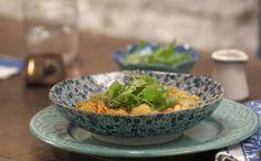 Tradicional prato brasileiro é preparado com filé de frango e servido com saladinha de agrião