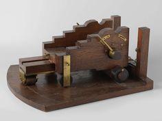van Brunt (Kapt.)   Model van een rolpaard voor een kanon van 68 pond, van Brunt (Kapt.), 1856   Model van een affuit op een grondplank dat een deel van een dek voorstelt met een geschutpoort. Het lichaam wordt naar voren toe smaller. Het dwarsverband tussen de wangen bestaat uit een kalf, een dwarsbalk in het midden, de zoolplaat achter en het voorste aslijf; de achterwielen hebben geen aslijf maar hangen in beugels. De wangen hebben drie trappen. Tussen de aslijven en het kalf voor en de…