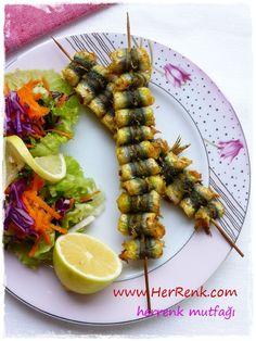 HAMSİ ÇÖP ŞİŞ http://herrenk.com/sdetay.asp?did=2678 Tüm dostları Allah'ın selamıyla selamlıyorum Yepyeni bir lezzetle tekrar buradayım. Kendinize ve sevdiklerinize yapabileceğiniz sunumu son derece şık ve bir o kadar da lezzetli bir balık yemeği oldu. :)