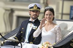 bernadottewindsor:  Wedding of Prince Carl Philip of Sweden and Sofia Hellqvist, June 13, 2015-Carl Philip and Sofia take a carriage ride around Stockholm