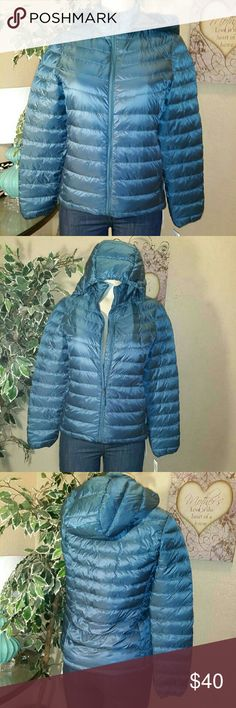 32 ? Degrees Weather proof packable jacket Unisex Weather proof 32 degrees packable down jacket size Small in color blue, ideal to help you handle any bad weather, it has attached  hood, zip front closure, packable bag, made of nylon and polyester blend with down duck feathers for the filling, machine washable in great new condition with tags attache,. retail tag shows price of 160.00 save big.... 32 ? Degrees Weather proof  Jackets & Coats Puffers