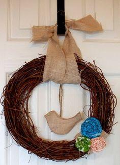 une couronne printanière de branches décorée d'un ruban en toile de jute
