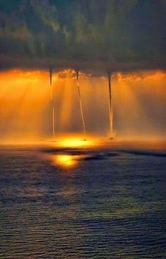 Waterspouts sobre o oceano, pôr do sol by Divonsir Borges