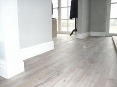 Plinten en profielen Hardwood Floors, Flooring, First Home, Home Bedroom, Wall Colors, Tile Floor, Concrete, New Homes, Living Room