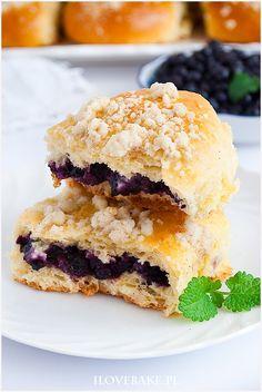 Jagodzianki z kruszonką i serem - I Love Bake Easy Desserts, Delicious Desserts, Dessert Recipes, Yummy Food, Polish Recipes, Dinner Tonight, Salmon Burgers, Baked Goods, Baking Recipes