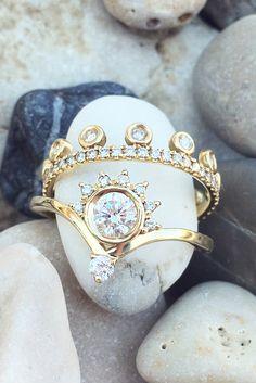 Unique Diamond Engagement Rings Set yellow gold beauty