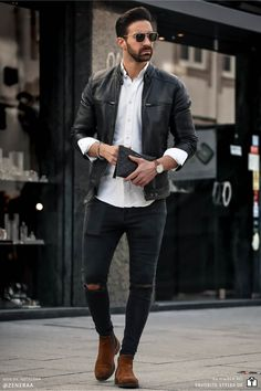 Erfahre welche Teile dazu passen! Casual Streetwear Outfit für Männer. Herrenoutfit mit Jeanshose, Hemd, Lederjacke und Chelsea Boots. Ein Männeroutfit im lässigen Streetstyle, passend für die Freizeit. Outfits für Männer mit passenden Teilen bei Favorite Styles. #favoritestyles #mode #fashion #outfit #männer #herren #style #stil #männermode #herrenmode #mensoutfit #mensfashion #ideen #inspiration #casual #streetstyle #lässig #freizeit #lederjacke #schwarz #weiss #braun