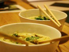 Thaise wok met scampi, curry & kokosmelk Ingrediënten (voor 4 personen) 24 scampi's 2 stengels citroengras geplet & grof versneden 1 teentje look gesneden 1 tl geraspte gember 300 g gesnede...