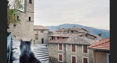 Le village de Coaraze, dans les Alpes-Maritimes (Provence-Alpes-Côte d'Azur). Provence, Le Village, Beaux Villages, France, San Francisco Ferry, Mansions, House Styles, Building, Travel