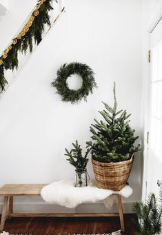 Simple Living Room Christmas Decor : Simple Christmas decor for your home! Modern Christmas Decor, Decoration Christmas, Minimal Christmas, Natural Christmas, Cozy Christmas, Decoration Table, Xmas Decorations, Holiday Decor, Christmas Presents