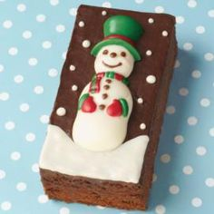 Snowman brownies - cataloged as christmas desserts. What a great way to add holiday color to your delicious brownies! Mold the bright snowman candy with our Christmas Candy Kit for Pretzels. The ideal holiday party treat! Cookie Dough Cake, Chocolate Chip Cookie Dough, Chocolate Brownies, Chocolate Desserts, Brownie Desserts, Christmas Sweets, Christmas Goodies, Christmas Candy, Christmas Baking