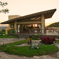 A beautiful vacation home with a picturesque view Roof Design, Exterior Design, Modern Small House Design, Hillside House, Backyard Pool Designs, Pole Barn Homes, Modern Cottage, Ranch Style Homes, Stone Houses