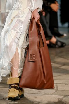 Details at Loewe RTW Spring 2019 [ PHOTOS ] – WWD Cheap Handbags, Large Handbags, Luxury Handbags, Purses And Handbags, Loewe Bag, Handbag Storage, Cute Purses, Small Purses, Womens Tote Bags