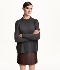PREMIUM QUALITY. Fine-knit, wide-cut sweater in soft cashmere with dropped shoulders and long sleeves.