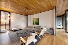 Lambris bois plafond,revêtement de solassorti et déco design caractérisent cette magnifique villa créée par le cabinet d'architecte Farm. Les talentueux d