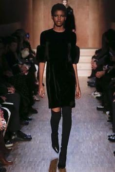 La robe en velours du défilé Givenchy automne-hiver 2016-2017