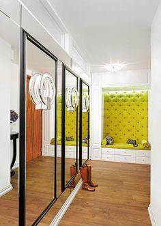 Przedpokój wygląda równie wytwornie jak reszta mieszkania. Szyku dodaje mu tapicerowana ławka orazlustra.Zamocowane nat...