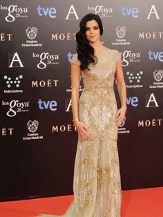 Clara Lago con un vestido dorado con brillantes de Zuhair Murad