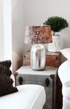 Lampfot Indra i silver med skärm Leopard!