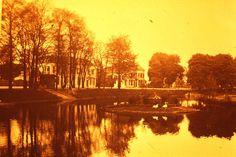 Flugi van Aspermontlaan, begin jaren 50 met in de gracht het eendeneiland. Het burgemeestershuis waar we op Koninginnedag een aubade brachten