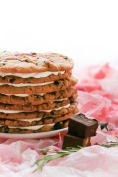 Cookie-cake para hacer con restos de fudge de chocolate y pistachos.