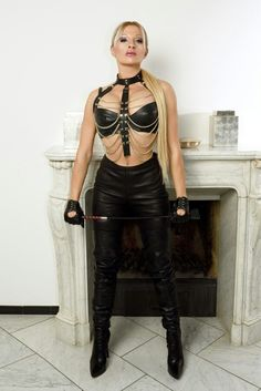 Mistress Raphaela in Köln Black Leather Gloves, Leather Pants, Feminized Husband, Leder Outfits, Female Supremacy, Beautiful Women Pictures, Leather Dresses, Cute Skirts, Boss Lady